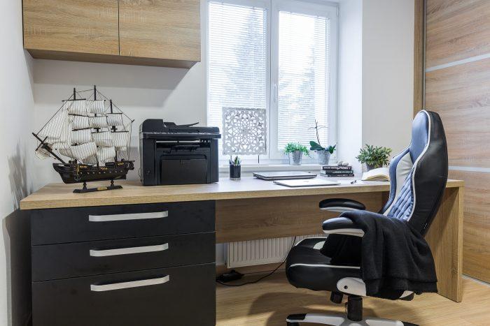 Preferovaná bola kombinácia matnej čiernej a svetlého dreva. Keďže Matej je minimalista, to, na čo si skutočne potrpí, je kvalita a precíznosť. Aj preto bol nábytok vyrobený na mieru. Podľa jeho zadania a potrieb.