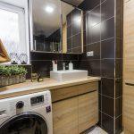 čiernobiela kúpeľňa so zrkadlom a pračkou