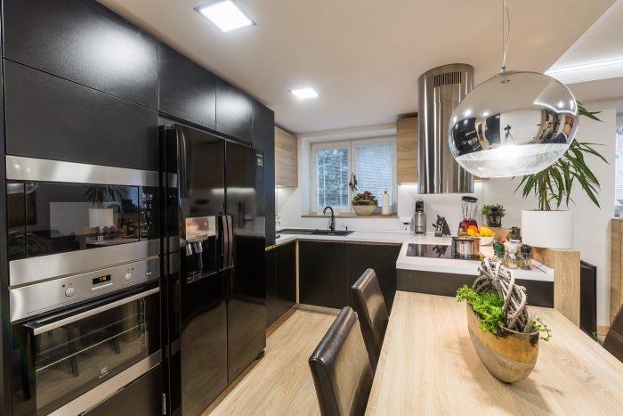 Matej rád varí, prepojenie kuchynskej časti s obývačkou bolo pre neho tým pravým riešením.