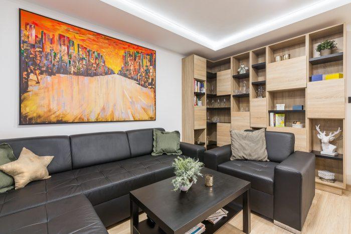 """Interiér vystihuje povahu majiteľa. Striedme a neutrálne farby sú v obývačke doplnené o výrazný obraz od Jozefa Stančíka. """"Keď som ho uvidel, vedel som, že bude môj. Perfektne sem zapasoval,"""" povedal Matej."""