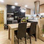 čiernobiela kuchyňa s jedálenským stolom