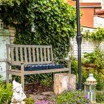 mestská átriová záhrada s lavičkou