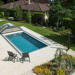bazén v záhrade rodinného domu