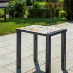 stôl s mozaikou