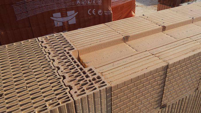 Na vytvorenie posledného radu tehál po parapet, na ktorý sa bude montovať okenná konštrukcia, sa použijú doplnkové tehly s kapsou. Tehly sa uložia do vrstvy lepiacej malty tesne na zraz tak, aby kapsy smerovali nahor a dvojitá drážka smerovala do exteriéru.