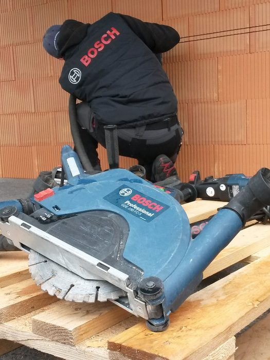 Na vytvorenie drážok v tehlovom murive sa odporúča použiť drážkovaciu pílu s dvomi kotúčmi.