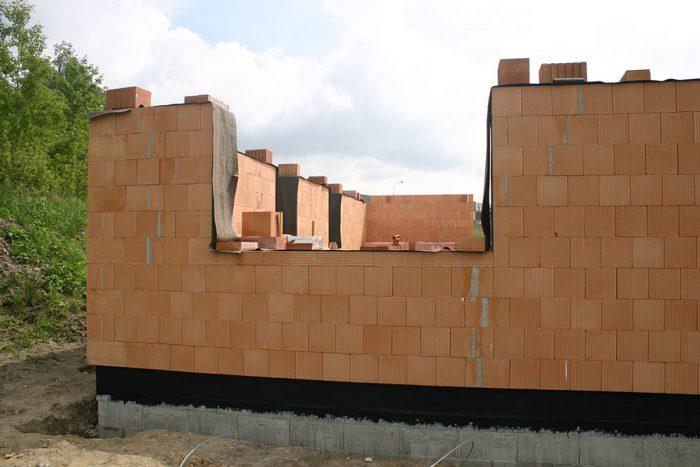 Vymurované parapety je potrebné chrániť pred dažďom ich prekrytím fóliou či asfaltovaným hydroizolačným pásom.