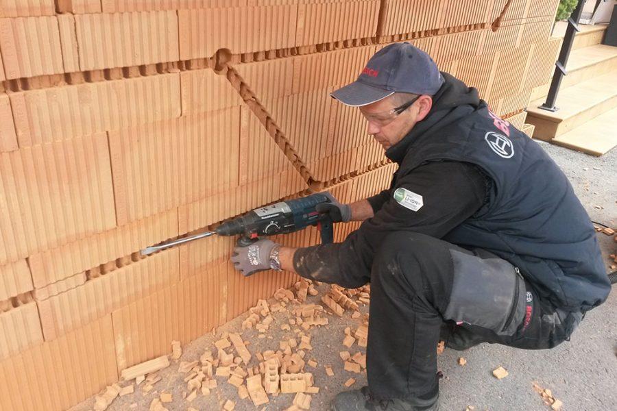 Narezaná drážka v murive sa vyseká vŕtacím kladivom so sekáčom alebo sa povylamuje plochým dlátom.