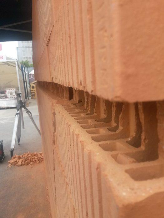Maximálnu prípustnú hĺbku a šírku drážky určuje výrobca muriva v závislosti od hrúbky muriva a smeru drážky (max. hĺbka zvislej drážky je 30 mm, šírka zvislej drážky je 100 až 200 mm; max. hĺbka vodorovnej a šikmej drážky je 0 až 30 mm pri dĺžke ≤ 1 250 mm, 0 až 20 mm pri dĺžke ≥ 1 250 mm).