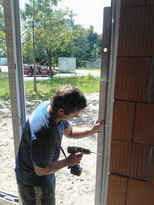 Otvory na kotvenie okenných rámov sa zhotovia vŕtačkou bez príklepu. Na vŕtanie do muriva sa použije špirálový vrták s valcovou stopkou. Okno sa osadí a vyrovná vo všetkých osiach. Podloží sa klinmi a vodováhou sa skontroluje rovnosť vo vodorovnom aj zvislom smere.