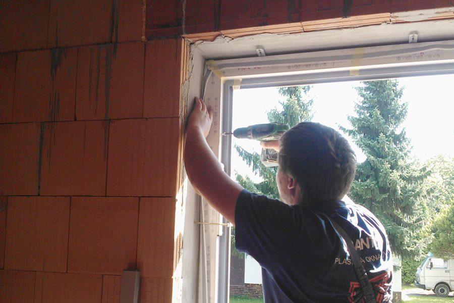 Okenný rám sa zafixuje v správnej polohe pomocou samorezných skrutiek, navŕtaných cez rám okna a plochých kotiev priskrutkovaných na rozperky (tzv. hmoždinky). Skrutky sa dotiahnu tak, aby sa zabránilo deformácii alebo prehnutiu rámu.