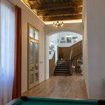 Biliardový stôl vypĺňa relaxačný priestor s herňou medzi schodiskom a vstupom do kuchyne s jedálňou.