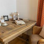 Kuchyňa s jedálňou je vybavená nadštandardne dlhou kuchynskou linku vyrobenou na mieru a masívnym jedálenským stolom pre dvanásť ľudí. Ten majiteľ dal zhotoviť zo starých trámov.