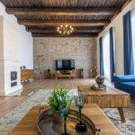 Napriek skutočne obrovskej rozlohe kuchyne s jedálňou pôsobí táto miestnosť vďaka prítomnosti dreva a dobových obrazov útulne a rodinne.