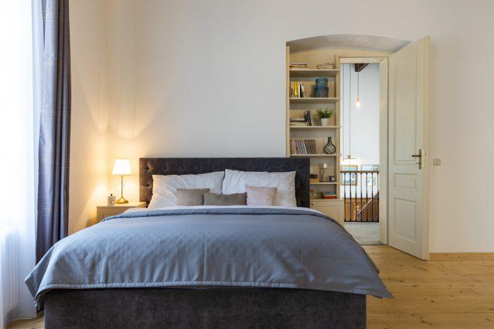 Unikátne dvere s knižnicou zdobia jednu z apartmánových spálni, ktorej súčasťou je samostatná kúpeľňa aj obývačka.