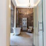 Extravagancia je cnosťou tejto kúpeľne, ktorá má dve zo štyroch stien presklené. Samozrejme, pre prípad potreby sú doplnené závesmi.