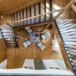 Veľkolepý otvorený priestor s vysokými stropmi spája pôvodné prvky v podobe odhalených kamenno-tehlových múrov, drevených trámov, pôvodných dverí, ktoré majiteľ renovoval, s modernými prvkami, akými sú dvere do kúpeľní či saunových priestorov z nepriehľadného pieskovaného skla. Nespochybniteľnou okrasou celej komunikačnej zóny sú pôvodné stupienky schodov, po ktorých kedysi behalo niekoľko generácií miestnych detí.