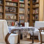 Obývačka na prízemí domu je priestorom rodinných stretnutí. Pôvodné šamotové kachle boli zrenovované a dnes slúžia svojmu účelu. Výber doplnkov a farebnú schému textílií mala pod palcom pani domu.